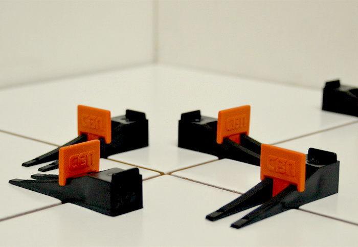 Монтаж плитки на пол с помощью системы выравнивания плитки