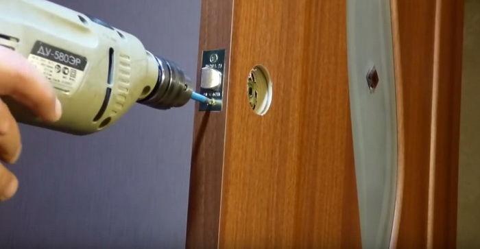 Установить замок в межкомнатную дверь