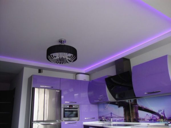 Фиолетовая подсветка потолка на кухне