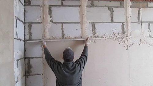 Штукатурка по стене из кирпича