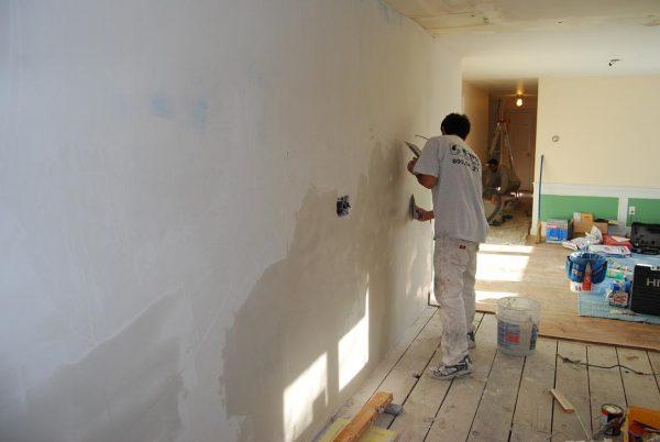Наносим стартовую смесь на стены