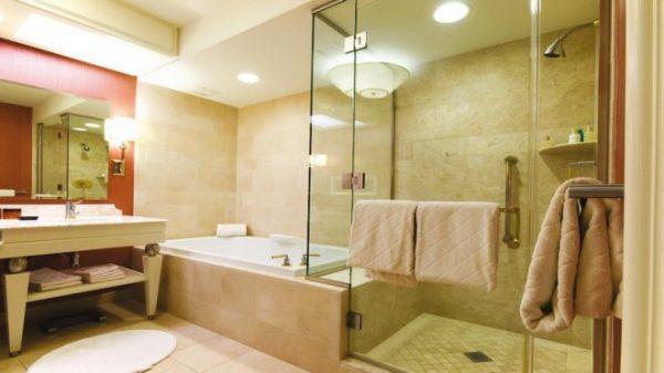Светильник с плафоном в интерьере ванной