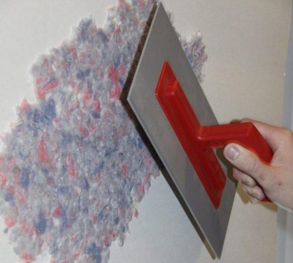 Как наносить жидкие обои на стену
