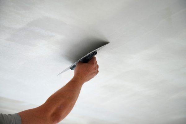 Нанесение смеси на потолок