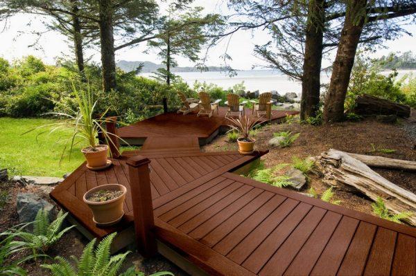 Дорожка из древесины на дачном участке