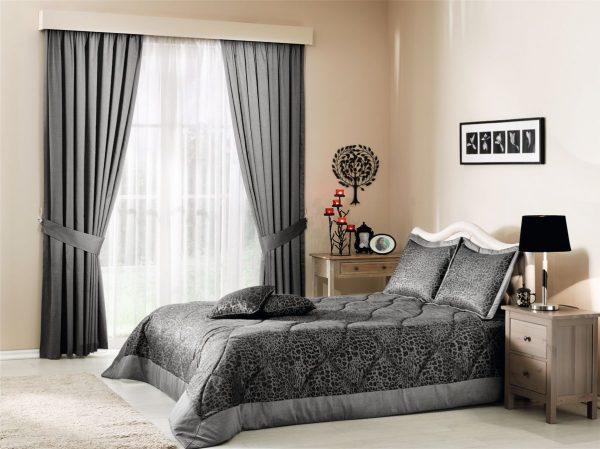 Аккуратные складки на шторах в спальне