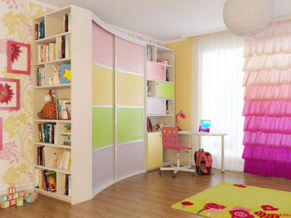 Полки с книгами и игрушками в детской