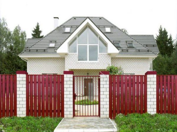 Забор с кирпичом