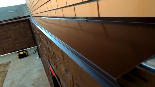 Отделка цоколя декоративными панелями под камень