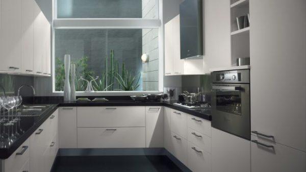 Дизайн П-образной кухни с окном