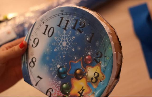 Новогодние часы из конфет своими руками