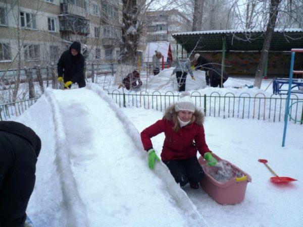 Как построить горку из снега
