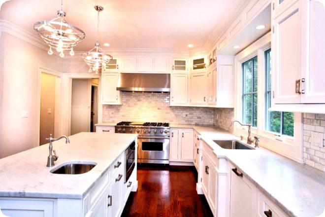 Кухня в частном доме с окном - идеи планировки и дизайна