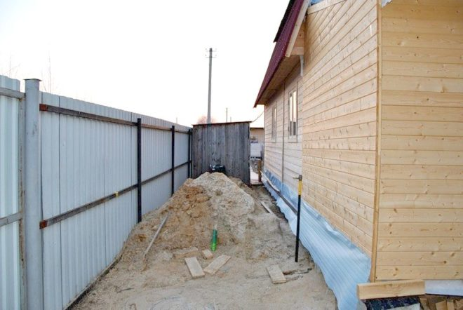 На каком расстоянии от забора соседей строить дом