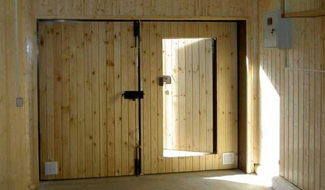 Утепляем ворота гаража изнутри - проверенные способы