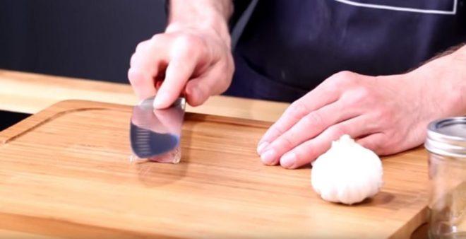 Как почистить много чеснока за минуту