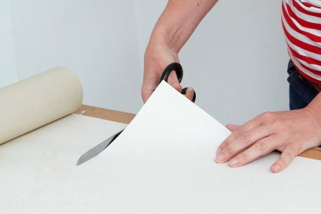 Как поклеить обои в кривых углах и подогнать рисунок