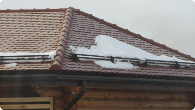 Правила установки снегозадержателей на крышу - пошагово
