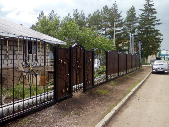 Красивый забор из профнастила с коваными элементами