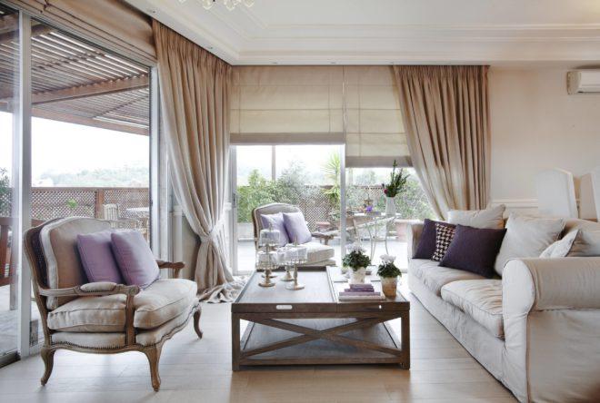 Обзор бежевых штор в современной гостиной