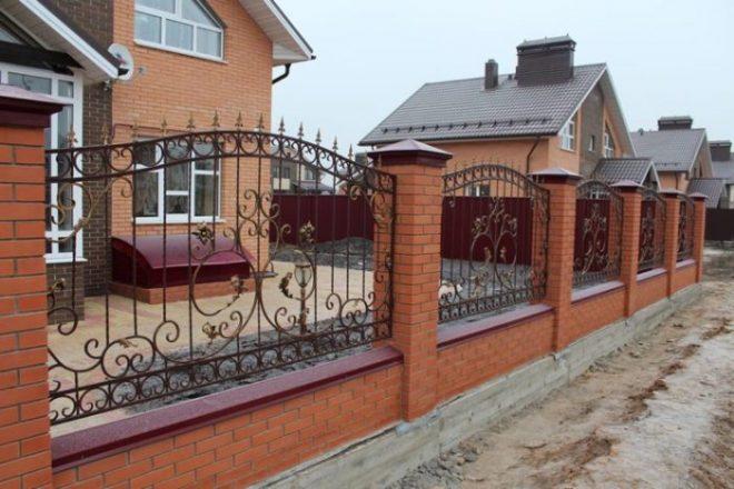 Забор на ленте с кирпичными столбами