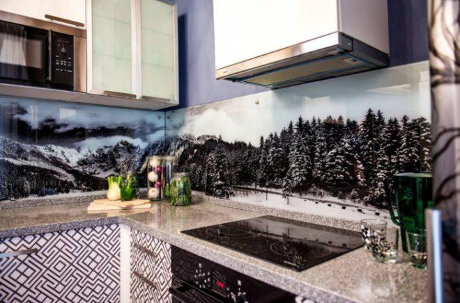 Кухонный фартук из стекла: виды, плюсы и минусы, реальные фото