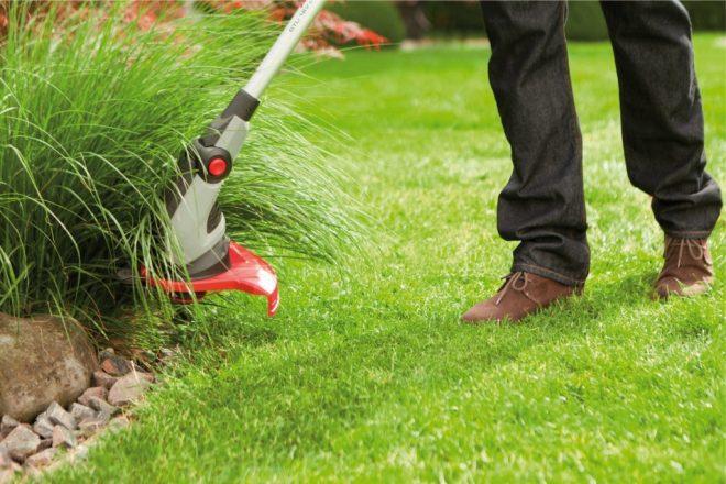 Человек косит траву.