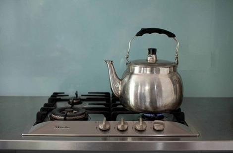 Классический чайник на плите.
