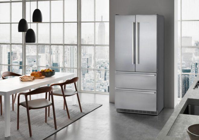 Холодильник в квартире.