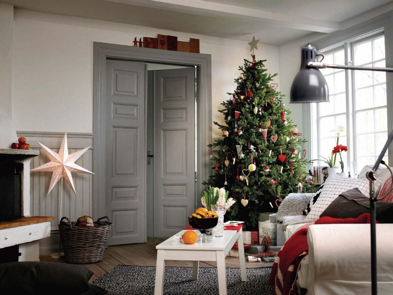 Узнаем, как украсить зал в квартире к новому году.